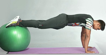 Exercices abdominaux Tibia avec un swiss ball